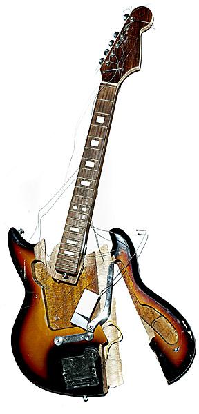 Smashed_guitar003
